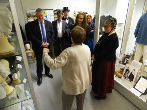 Heidi Meier führt den Minister für Bildung und Kultur und den Bürgermeister durchs Museum