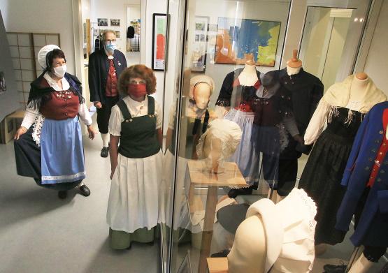 Museumsteam mit Schutzmasken